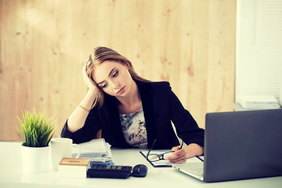bored-businesswoman-at-her-desk_gettyimages-495625552_large28129